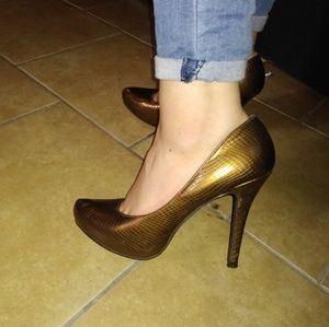 Steve Madden Shoes - Gold Steve Madden pumps